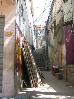 Viela na Favela da Grota ficou totalmente vazia; em dias normais ele fica sempre cheia