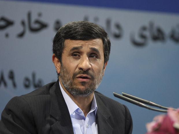 O presidente do Irã, Mahmud Ahmadinejad, dá entrevista em Teerã nesta segunda-feira (29).