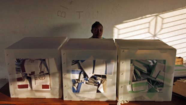 Funcionário começa a contar votos em Porto Príncipe, capital do Haiti, na noite desta segunda-feira (29).