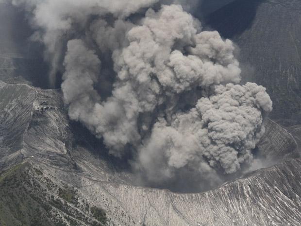 Atividade vulcânica do Monte Bromo é vista a partir de avião da Força Aérea da Indonésia, nesta segunda-feira (29), sobre a cidade de Probolinggo.