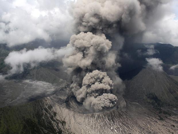Imagem aérea mostra a atividade do vulcão.