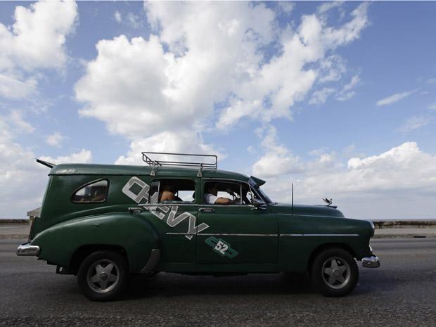 Chevrolet 1952 modificado é usado como táxi nas ruas de Havana nesta sexta-feira (26).