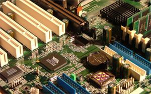 Placas-mãe foram o primeiro alvo de pragas digitais. O CIH, em 1998, apagava o BIOS, chip que inicializa o sistema.