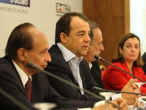 O governador do RJ, Sergio Cabral (ao centro), durante evento no Rio