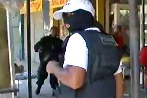 Encapuzado ajuda o Bope a  localizar armas no Alemão (TV Globo)
