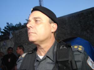 Coronel Mário Sérgio Duarte, comandante da PM, visita o Alemão na noite desta segunda