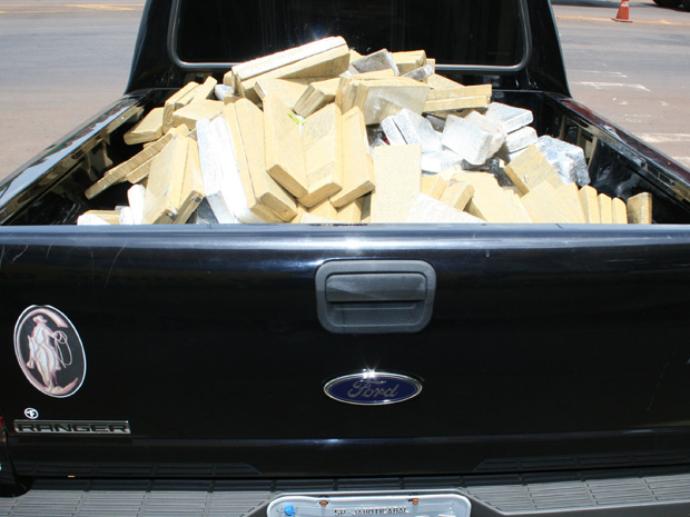Um homem foi preso pela Polícia Militar com 334 quilos de maconha em Cidade Gaúcha, no Paraná, no domingo (28). A droga estava dividida em tabletes e escondida em uma caminhonete. O motorista, o veículo e a droga foram encaminhados à delegacia do município.
