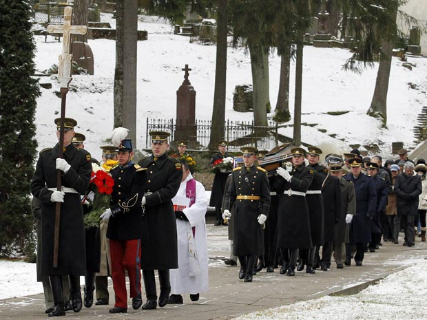 Soldados lituanos e franceses carregam caixões com restos mortais de 18 soldados do Exército Napoleônico, em funeral na cidade de Vilnius, Lituânia