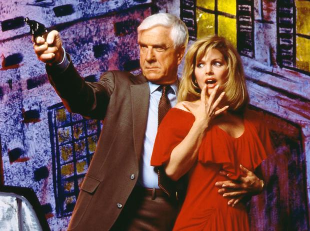 Em cena de 'Corra que a polícia em aí', em 1988, Leslie Nielsen contracena com Jeannette Charles