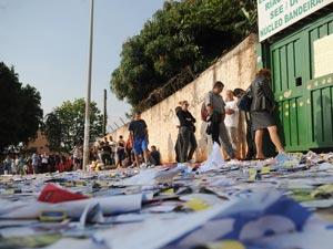 Folhetos de propaganda no chão no dia da eleição em primeiro turno no Distrito Federal