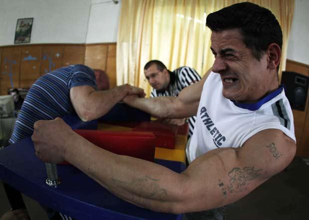 Torneio de luta de braço reuniu fortões da penitenciária de Rahova.