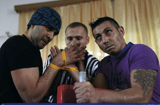 Detentos da penitenciária de Rahova, em Bucareste, na Romênia, participaram no dia 18 de novembro de um torneio de luta de braço.