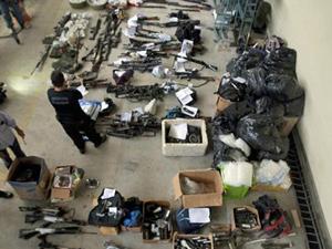 Polícia exibe parte das armas, munições e drogas apreendidas