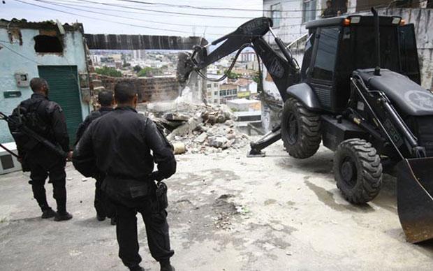 Policiais preparam demoliçao do muro no Conjunto de Favelas do Alemão