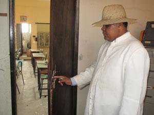 Barnabé mostra a fechadura da porta quebrada