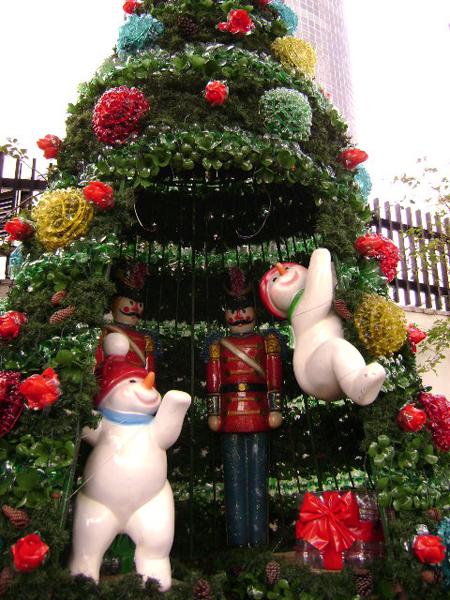 Decoração de Natal feita com garrafas PET e sacolas plásticas