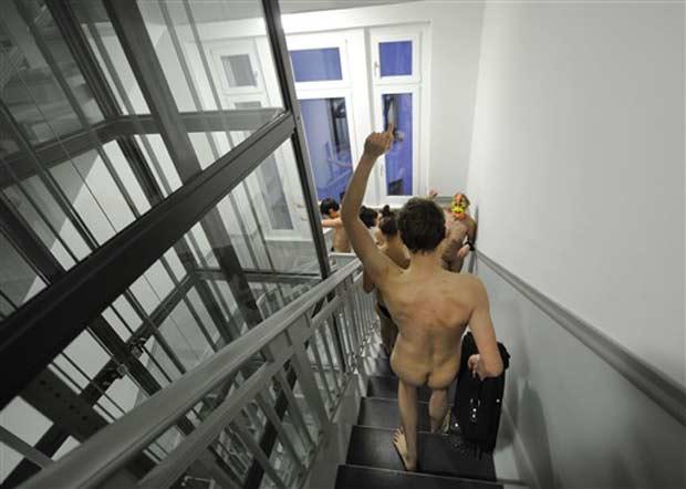 Grupo protestou nu contra o aumento dos aluguéis em Berlim.