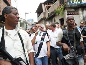 Comandante geral da PM, Mário Sérgio Duarte, e Beltrame caminham pela favela