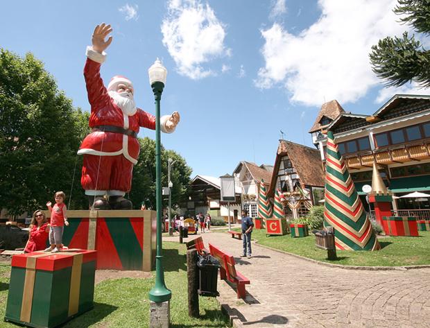Campos do Jordão se enfeita para o Natal com Papai Noel Gigante na praça.