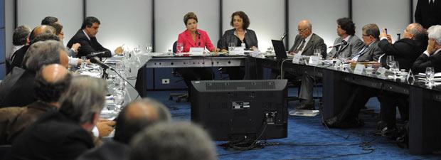Dilma durante reunião sobre saúde na sede do governo de transição