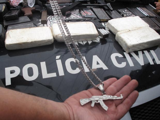 Apreensão do pingente, drogas e armas ocorreu entre o Alemão e a Vila Cruzeiro