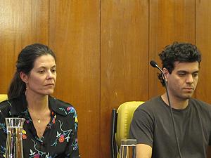 Beatriz Galvão e Ipojucan, viúva e filho de Glauco,  durante cerimônia póstuma que homenageou o cartunista como Cidadão Paulistano