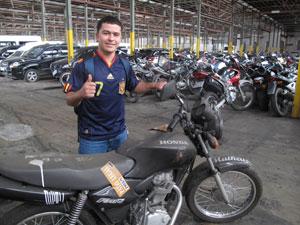 O assistente admninistrativo Rodrigo ficou emocionado ao receber sua moto roubada