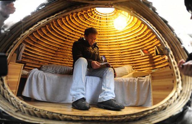 O arquiteto chinês Dai Haifei, de 24 anos, dentro de sua casa-móvel em forma de ovo, em que ele vive a cerca de dois meses em Pequim, com o objetivo de economizar aluguel.