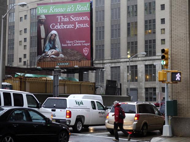 A Liga Católica contra-atacou, colocando seu próprio cartaz no outro lado do tunel. O texto diz: 'Você sabe que é real. Neste ano, celebre Jesus'.