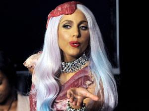 A cantora Lady Gaga com seu polêmico vestido feito de carne