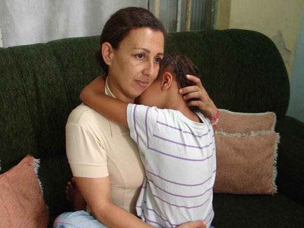 Mãe abraça menina que foi sequestrada pela prima