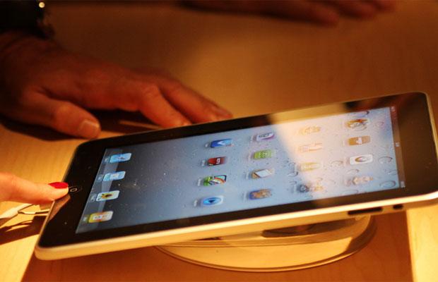 iPad, tablet da Apple, é testado por consumidor no Brasil
