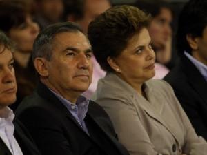 Atual chefe de Gabinete da Presidência, Gilberto Carvalho, acompanhado da presidente eleita, Dilma Rousseff, em foto de outubro.