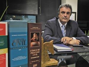 O deputado federal José Eduardo Cardozo no escritório em São Paulo