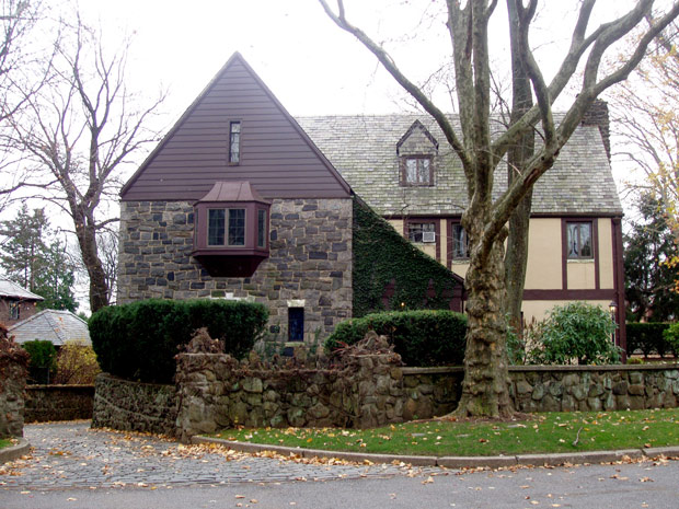 Foto da fachada da mansão usada como cenário para as filmagens de 'O poderoso chefão'. Proprietário pede US$ 2.9 milhões pelo imóvel