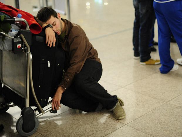 Passageiro descansa em terminal do aeroporto El Prat Llobregat, próximo a Barcelona