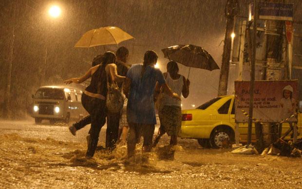 Chuva alaga as ruas Joaquim de Queriroz e Avenida Itararé, no Complexo do Alemão