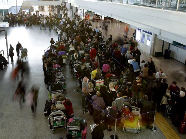 Passagens da companhia Ibéria em aeroporto de Roma no sábado (4), quando o espaço aéreo espanhol foi fechado