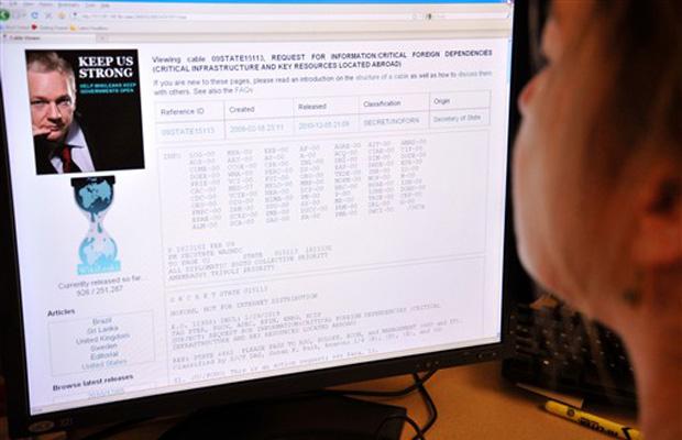 Mulher acessa página inicial do WikiLeaks nesta segunda-feira (6) em Washington.