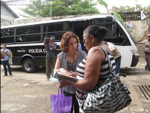 Delegada Marta Rocha distribui cartilha para moradora do Alemão