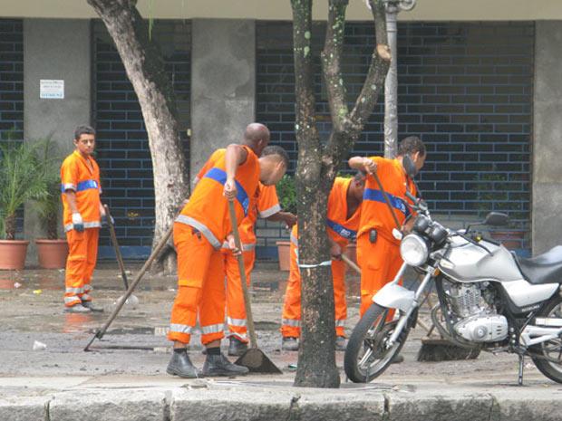 Garis limpam ruas após forte chuva