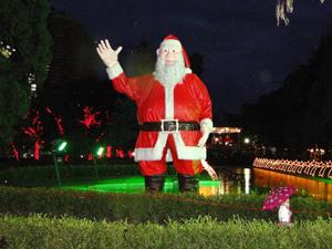 Papai Noel de quase cinco metros encanta a criançada.