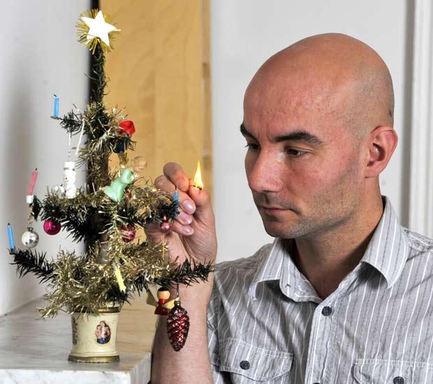 Paul Parker com sua árvore de Natal de 35,5 centímetros.