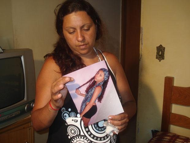 Mãe mostra foto da filha que morreu em hospital