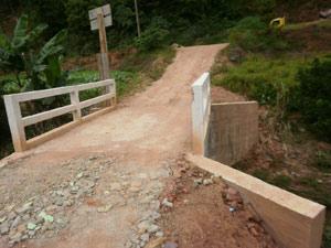 """Agricultor construiu ponte sobre córrego e """"proibiu"""" a circulação de carros da prefeitura e de políticos"""
