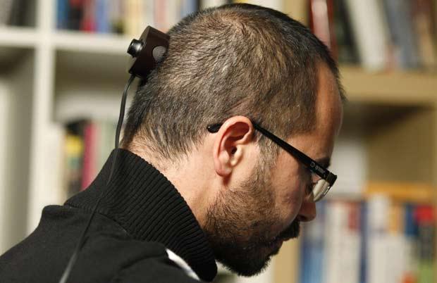 Wafaa Bilal implantou uma pequena câmera na parte posterior da cabeça.