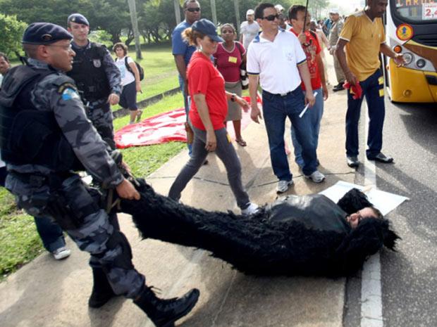 Polícia reprime protesto de aeroviários no acesso ao Aeroporto Tom Jobim