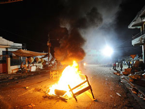 Militante protesta após anúncio do segundo turno.