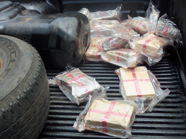 Um rapaz de 23 anos foi preso com 60 quilos de cocaína na altura do quilômetro 21 da BR-262 em Três Lagoas (MS), nesta quarta-feira (8). Segundo a Polícia Rodoviária Federal (PRF), a droga estava escondida sob a lataria de uma caminhonete. O jovem afirmou aos policiais que partiu com a droga de Campo Grande e entregaria a mercadoria em um posto de combustível em Três Lagoas.