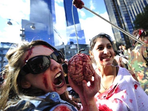 Nova-iorquinos se fantasiam durante edição local da 'zombie walk'
